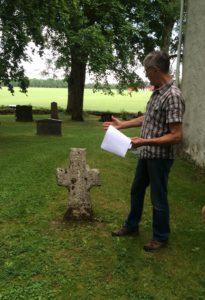Gunnar visar den gravsten som nu är äldst